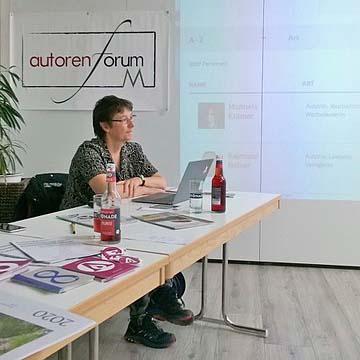 """Sandra Uschtrin beim Vortrag über ihr Portal """"Autorenwelt"""""""